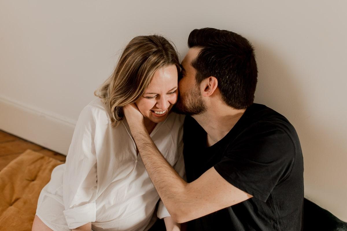 rire shooting couple maternité ventre rond typhaine j photo