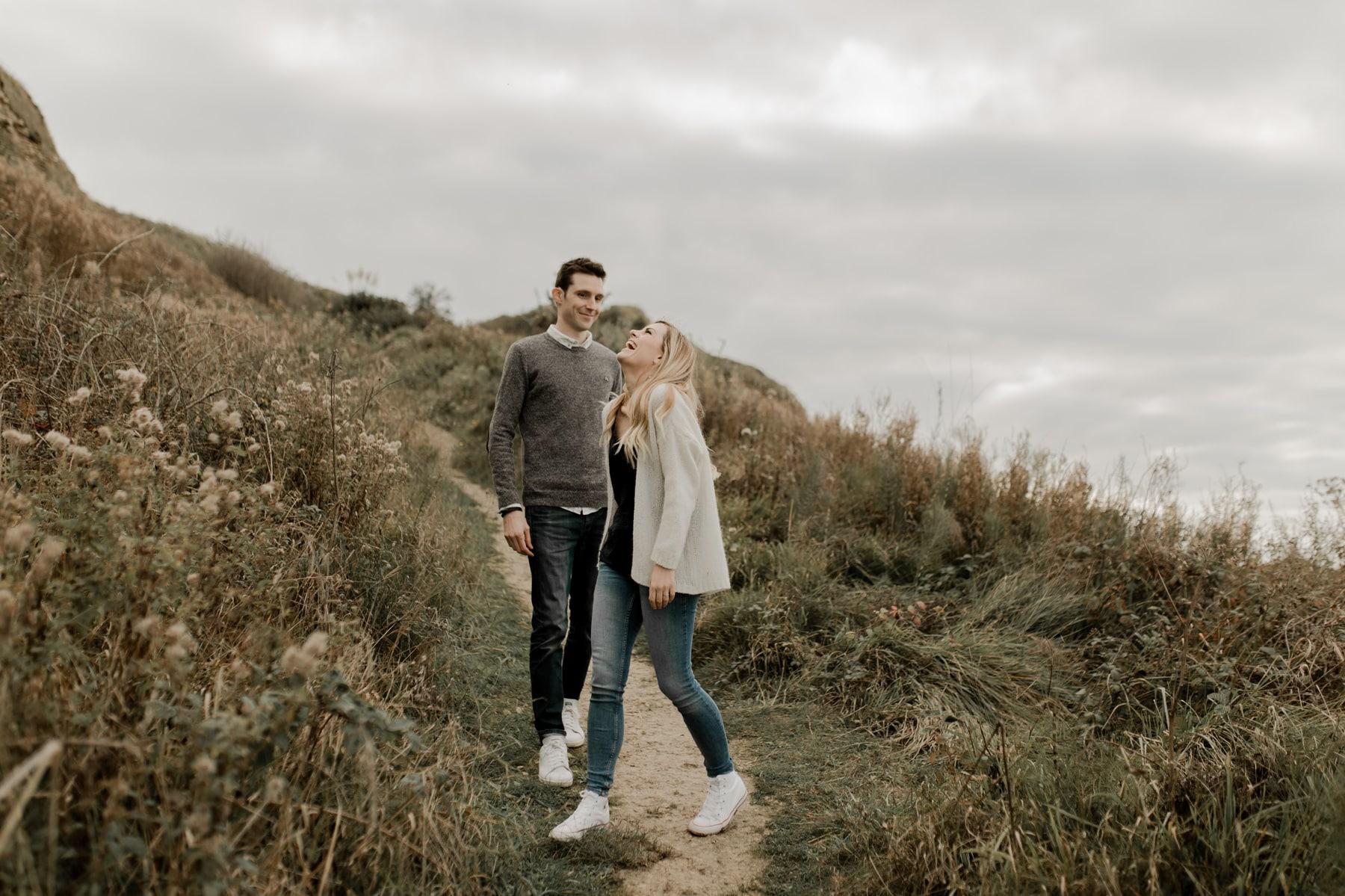 séance photo couple engagement plage automne normandie