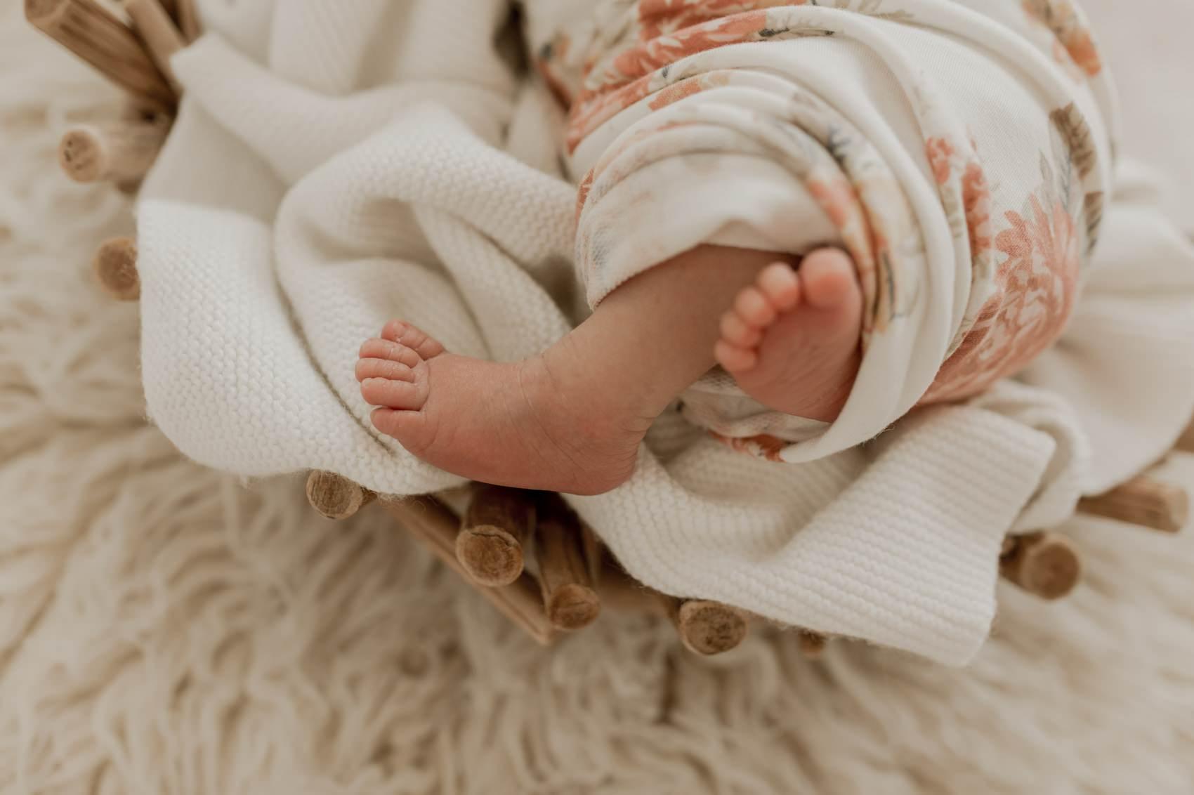 photographe bébé fleurs naturelle