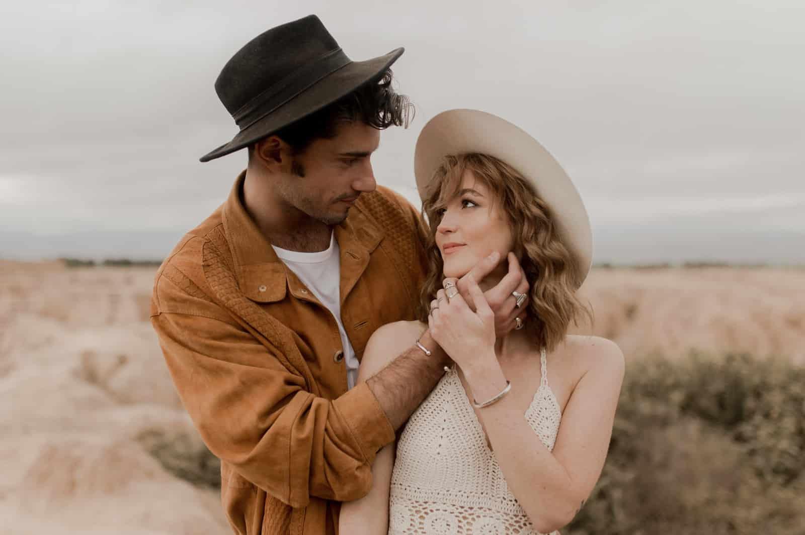 folk bohème chic couple fun intimiste elopement engagement normandie