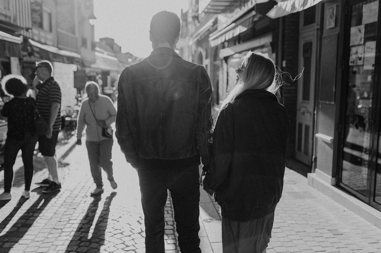 photographe couple amoureux plage normandie engagement