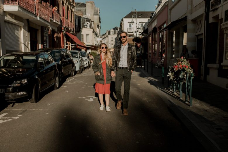 photographe vidéaste couple amoureux plage normandie engagement
